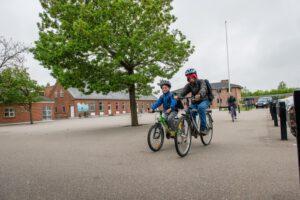 Børn cykler foran Hee Skole