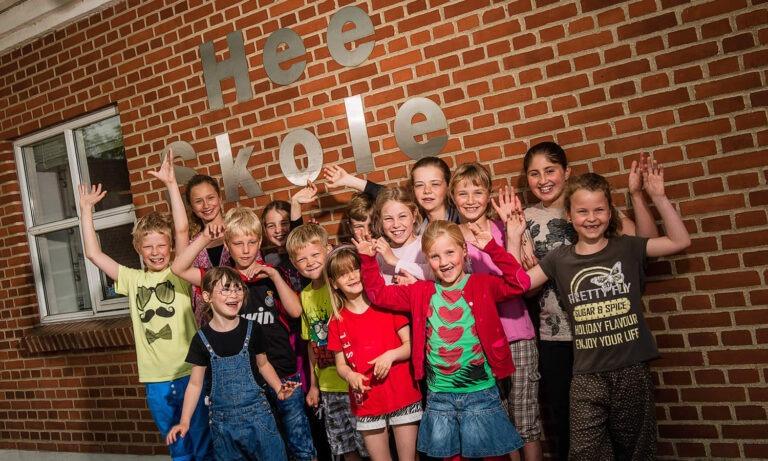 Børn foran Hee Skole