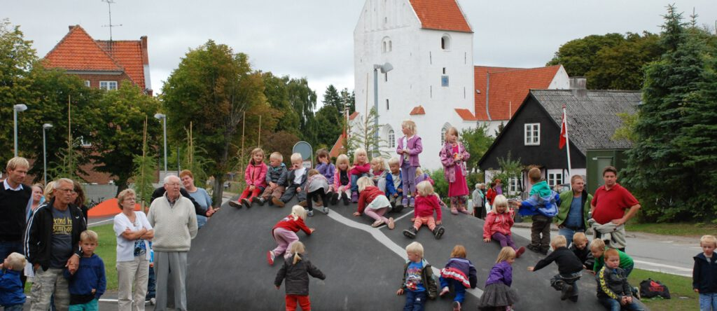 Landsbybeboere samlet foran kirke