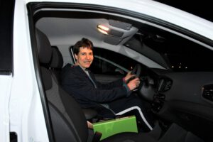 Sara Jørgensen sidder i bil