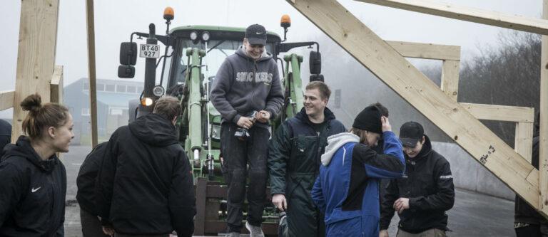 Unge samlet ved traktor