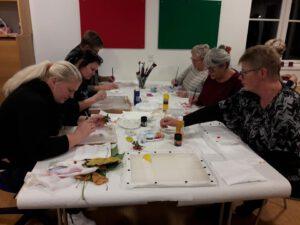 Kvinder maler i Sdr. Bork Forsamlingshus